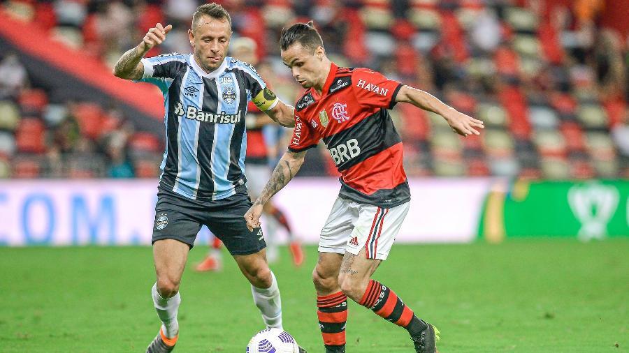 Rafinha, do Grêmio, e Michael, do Flamengo, disputam bola em duelo no Maracanã, pela Copa do Brasil - Marcelo Cortes / Flamengo