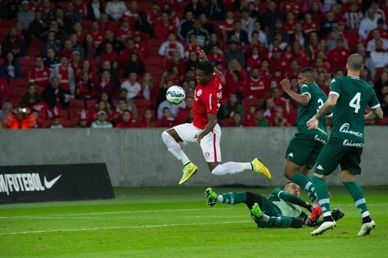 Zagueiro Eduardo aproveita a falha do goleiro Renan e fica livre para abrir o placar para o Inter