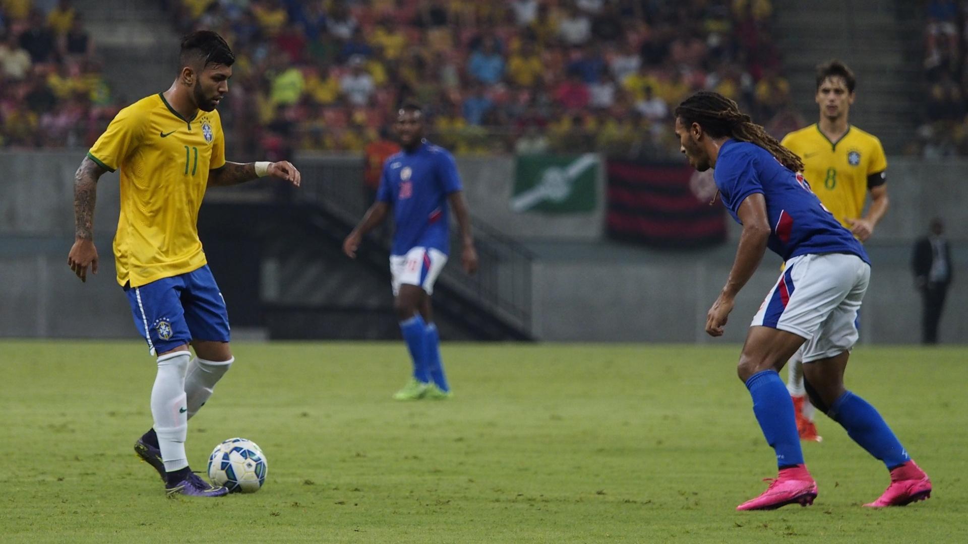 Gabigol, do Santos, encara Thuriere, do Haiti. Titular, atacante deu assistência para Vinícius Araújo, do Cruzeiro, no segundo gol