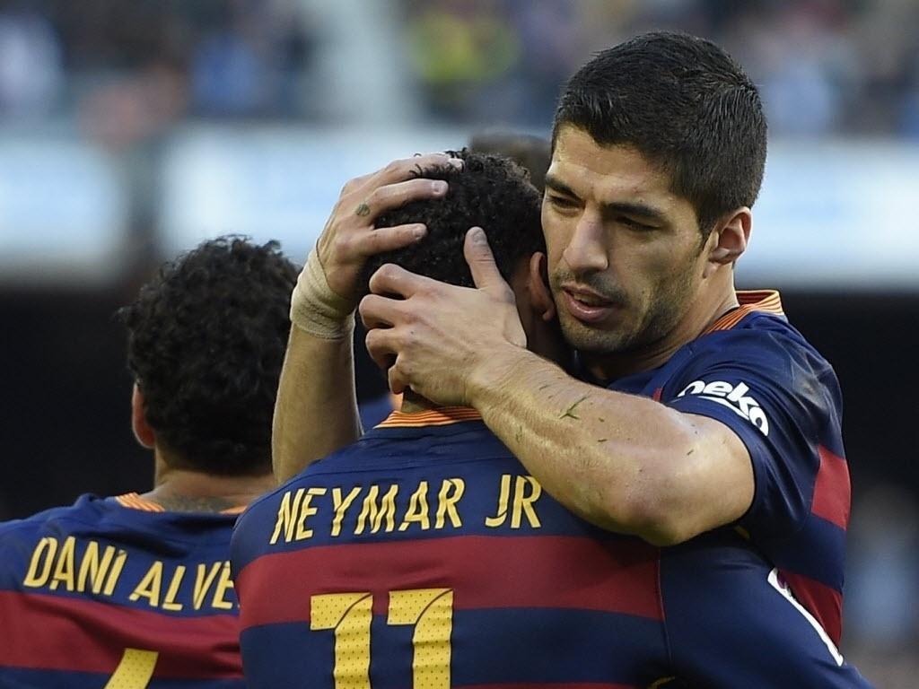 Abraçado por Suárez, Neymar abriu o placar no duelo do Barcelona contra o Real Sociedad