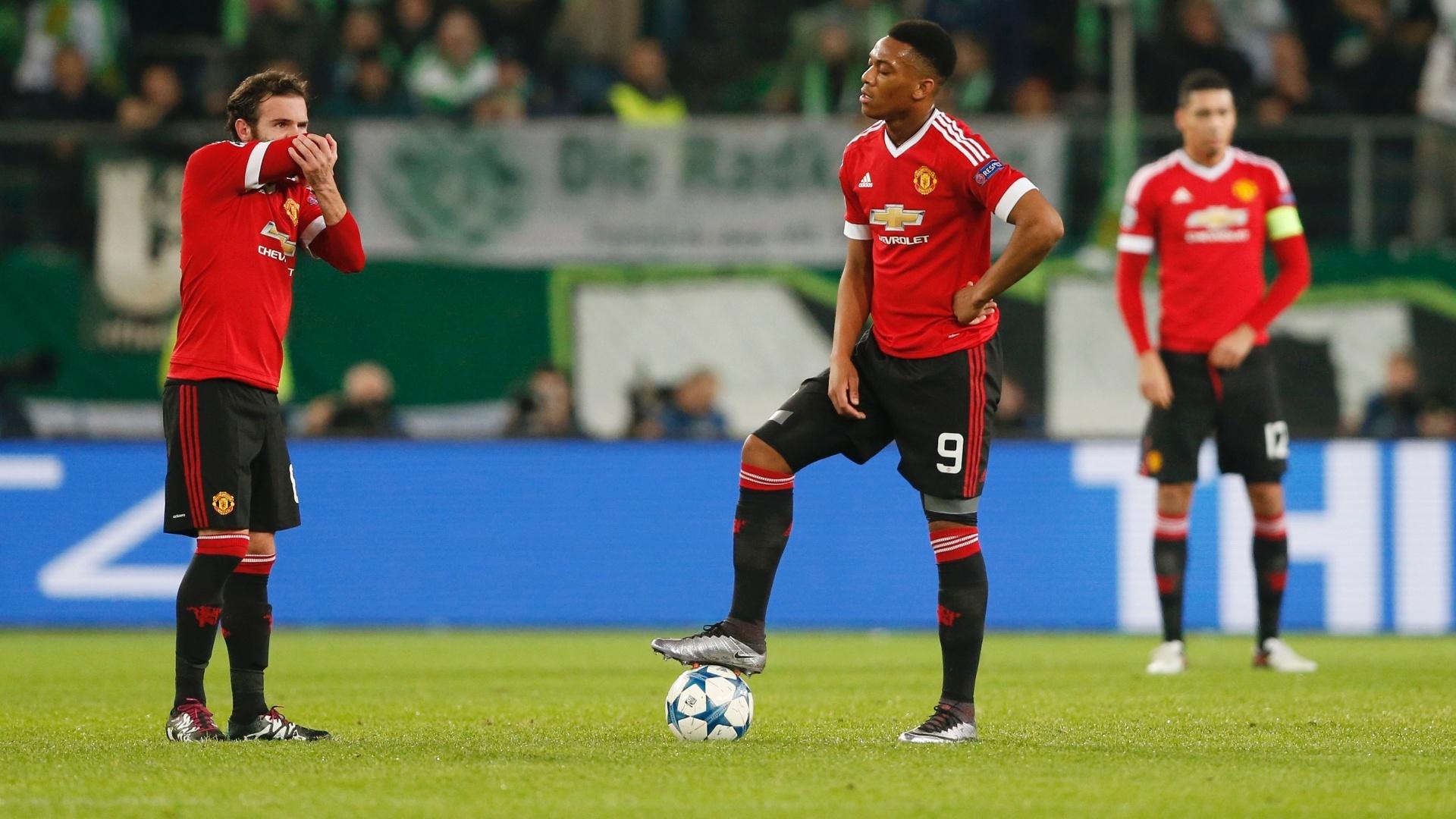 Juan Mata e Martial (9), do Manchester United, lamentam gols sofrido contra o Wolfsburg, antes de dar nova saída de bola