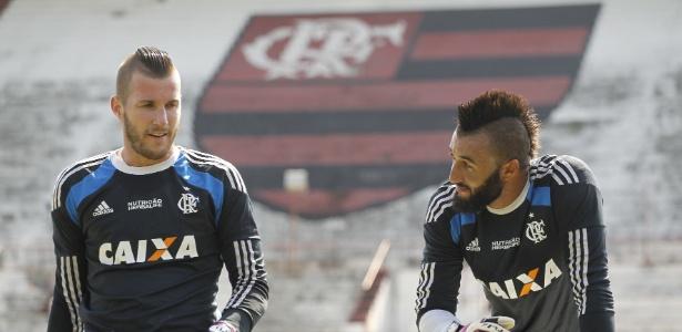 Paulo Victor (e) e Alex Muralha (d) brigam pela vaga de titular no gol do Flamengo