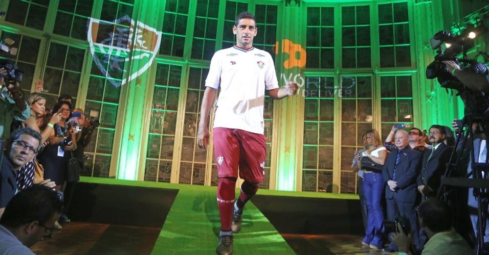 Diego Souza apresentou a camisa branca para os torcedores nas Laranjeiras