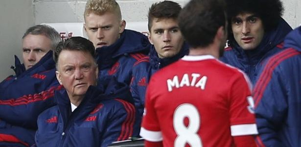 Técnico do Manchester United, Louis Van Gaal, reprova Juan Mata, expulso com menos de 30 min de jogo