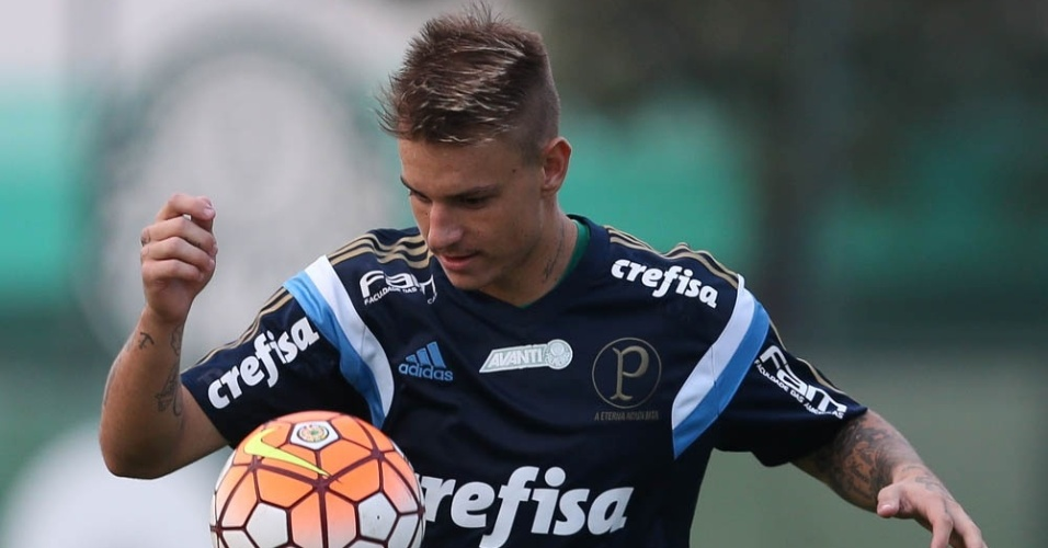 Atacante Róger Guedes participa do treino do Palmeiras na Academia de Futebol