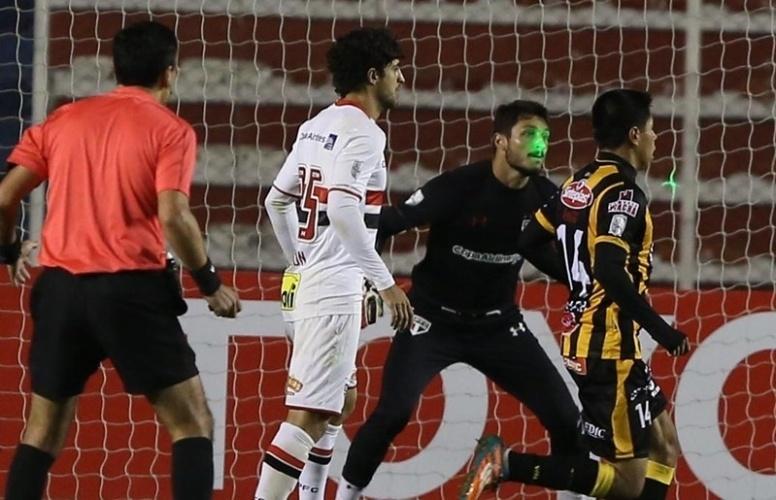 Denis durante a partida do São Paulo contra o The Strongest, na Libertadores