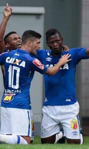 Cruzeiro comemora gol de Elber contra o Botafogo