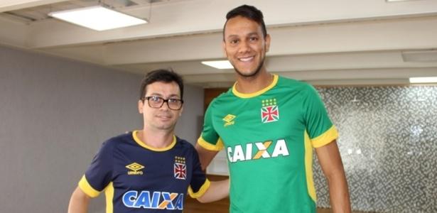 Alex Evangelista (esquerda) cuida de Souza, ex-Vasco, no Caprres - Carlos Gregório Júnior / Site oficial do Vasco