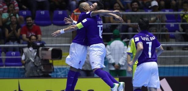 Brasil comemora vitória sobre a Ucrânia em estreia no Mundial de Futsal