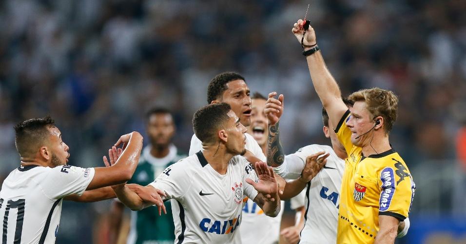 Gabriel leva cartão vermelho do árbitro Thiago Duarte Peixoto por falta que não cometeu