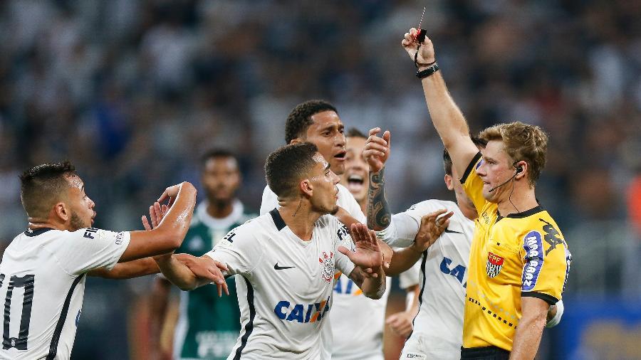 Gabriel leva cartão vermelho do árbitro Thiago Duarte Peixoto por falta que não cometeu - Rubens Cavallari/Folhapress