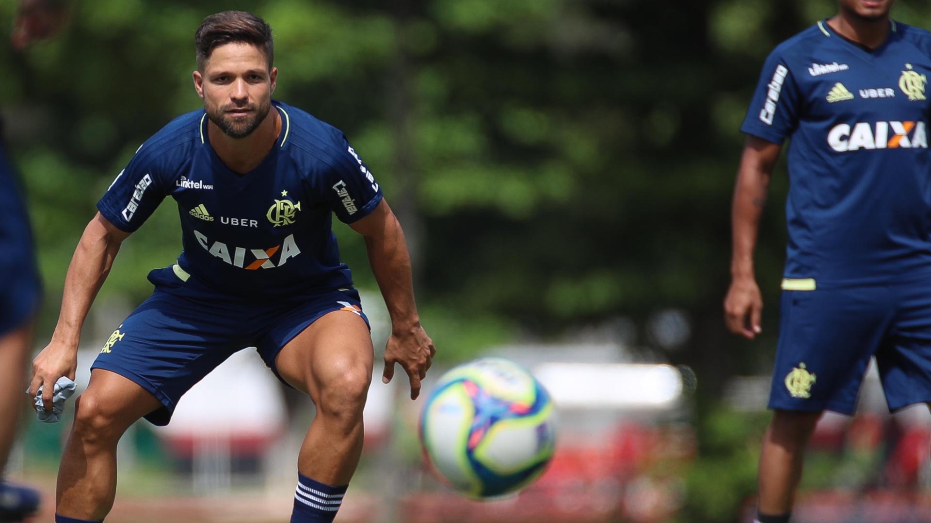 O meia Diego participa do treinamento do Flamengo no CT Ninho do Urubu
