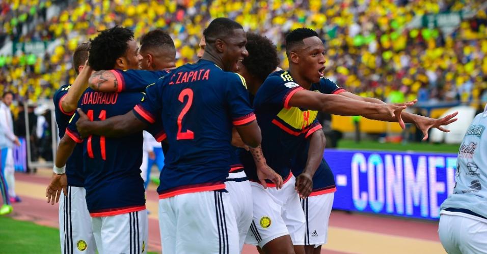 Jogadores da Colômbia comemoram gol de Juan Cuadrado contra o Equador pelas eliminatórias sul-americanas para a Copa do Mundo de 2018