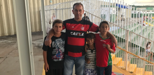 Acompanhado do filho e dos sobrinhos, o agricultor Roberto Martins foi ver a estreia do goleiro Bruno, pelo Boa Esporte