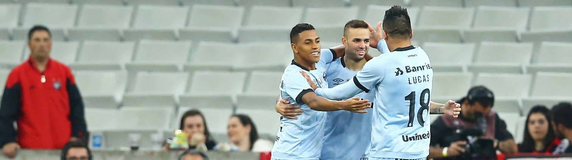 Luan comemora gol do Grêmio com companheiros