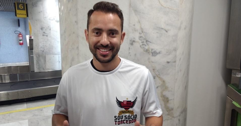 Everton Ribeiro posa no saguão do Aeroporto Santos Dumont, no Rio de Janeiro