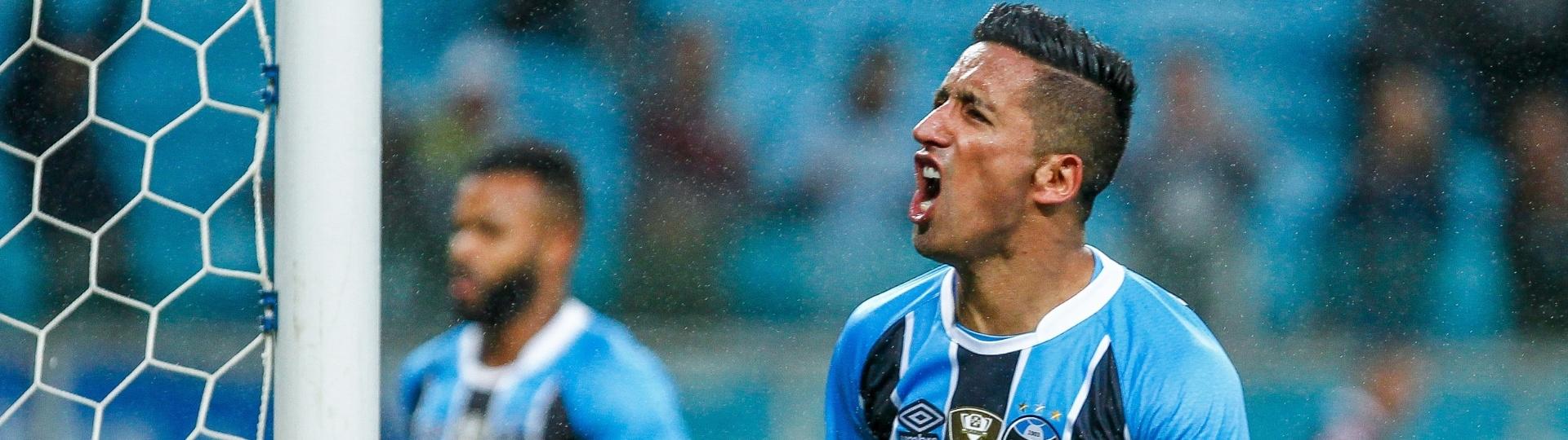 Lucas Barrios comemora gol do Grêmio contra a Ponte Preta