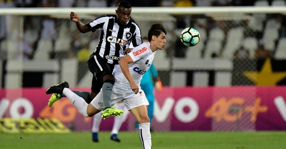 Léo Cittadini e Marcelo disputam jogada na partida entre Botafogo e Santos