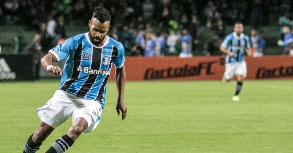 Fernandinho carrega a bola pelo Grêmio no confronto com o Coritiba