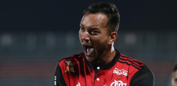 Cortado de jogo do Flamengo na Libertadores, Réver faz tratamento no tornozelo