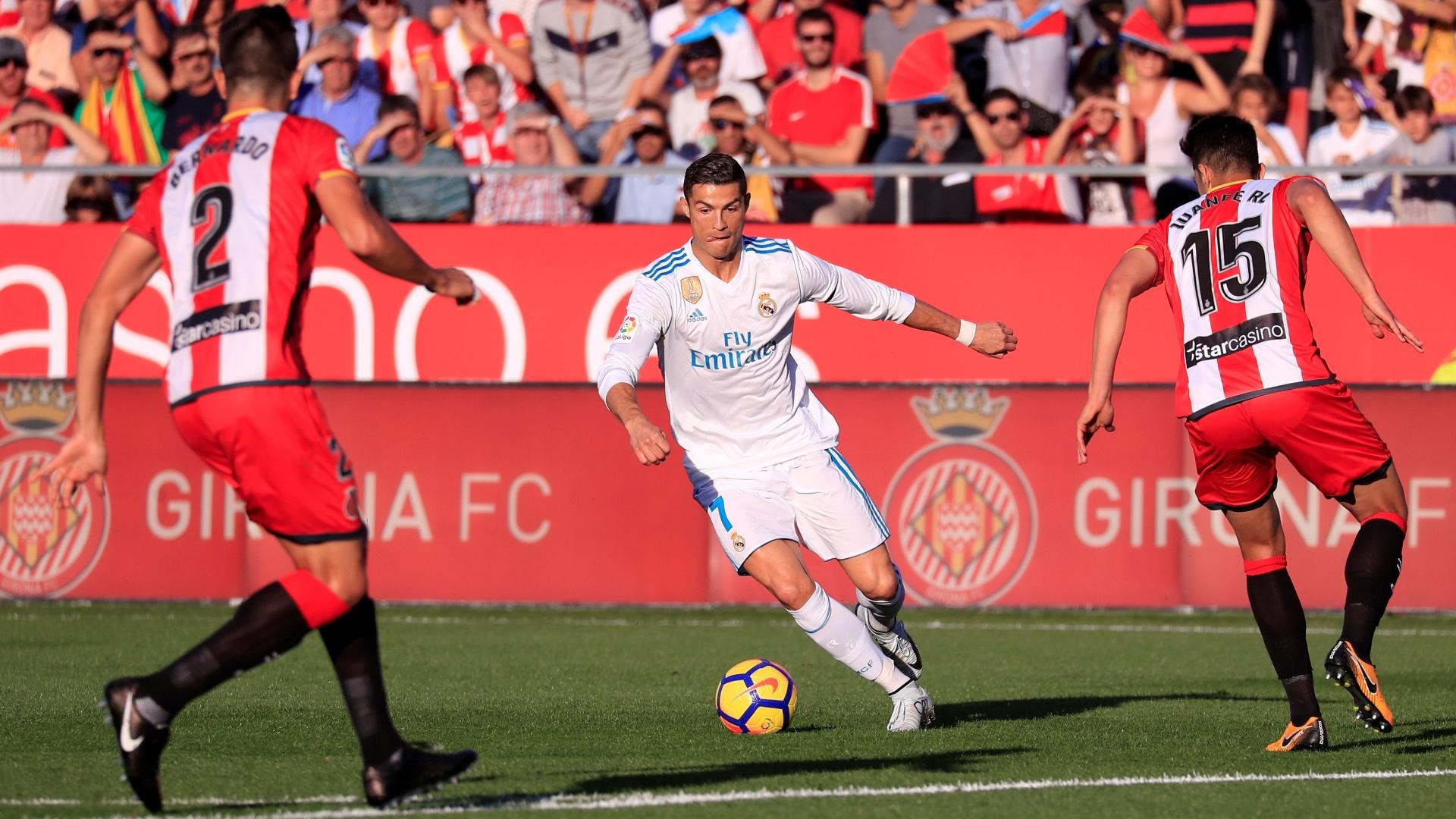 Cristiano Ronaldo tenta uma jogada para o Real Madrid contra o Girona