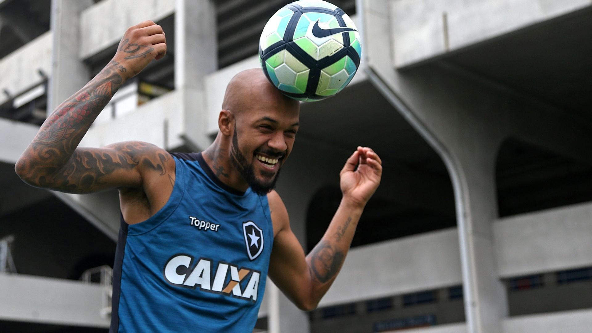 Bruno Silva sorri em treino do Botafogo