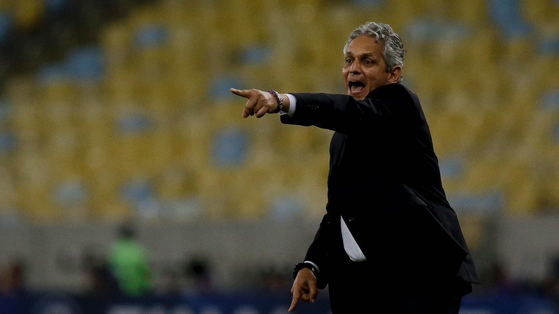 O técnico Reinaldo Rueda orienta os jogadores do Flamengo durante jogo contra o Independiente pela Copa Sul-Americana