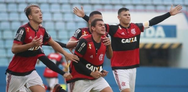 Jogadores do Fla comemoram gol contra o Coritiba