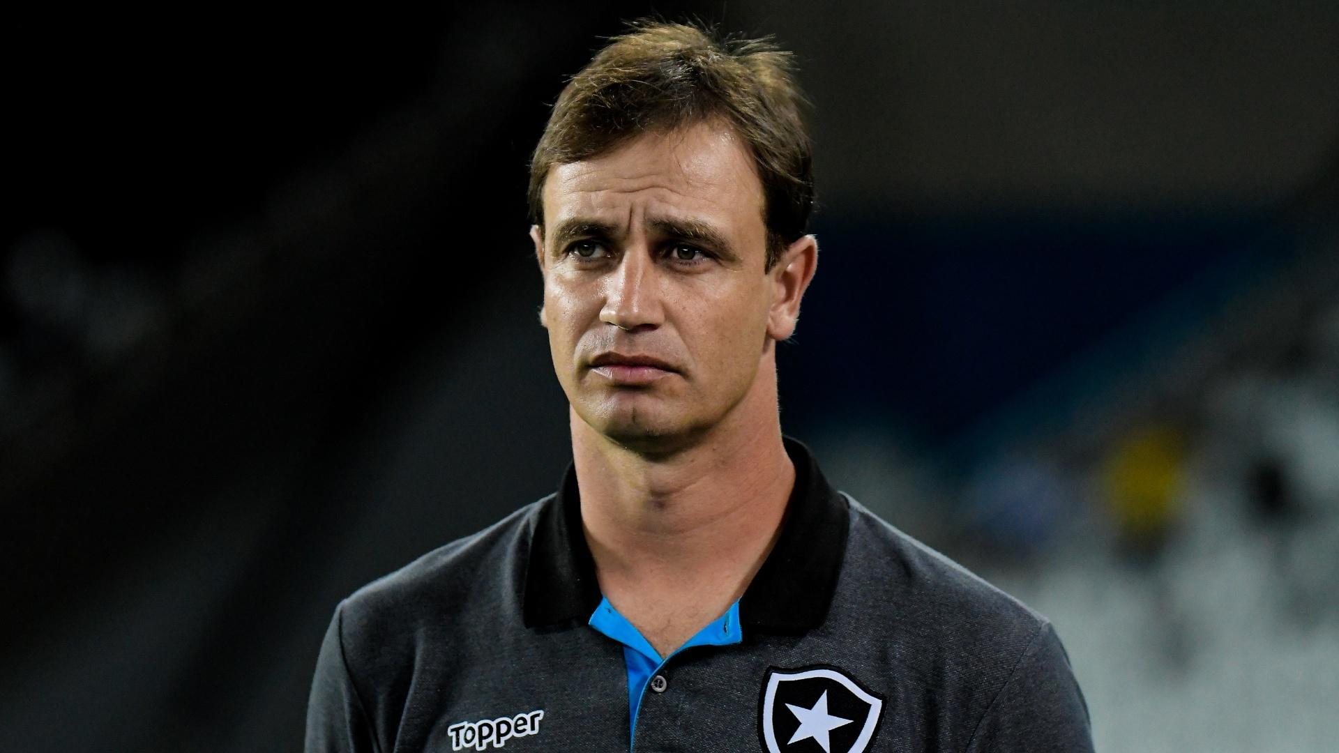 O técnico Felipe Conceição comanda o Botafogo contra a Portuguesa