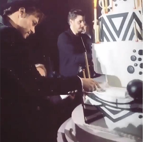 Neymar corta o bolo ao lado do filho