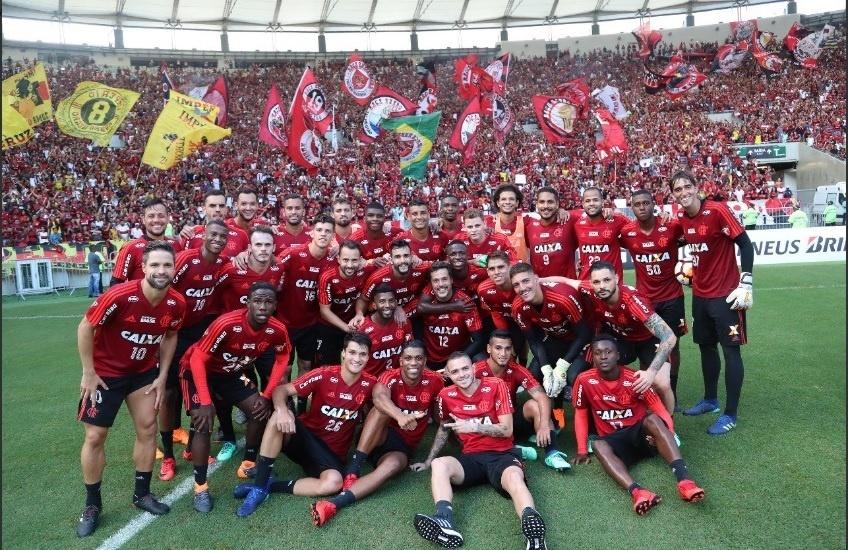 Os jogadores do Flamengo posam com a torcida de fundo no treino aberto do Maracanã