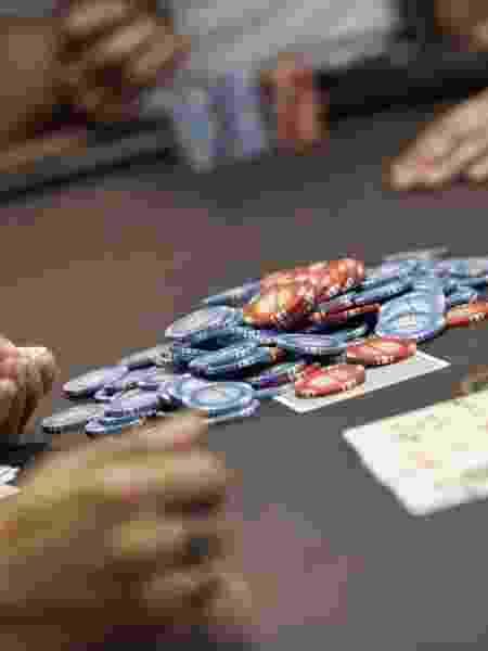 No poker, o contato com fichas e baralho é constante, o material passa de mão em mão - Ze Carlos Barretta/Folhapress