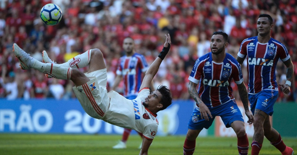 Lucas Paquetá tenta acertar chute de bicicleta em Flamengo x Bahia pelo Campeonato Brasileiro