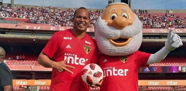 Aloísio e a mascote do São Paulo com o novo uniforme de treino do Tricolor - Reprodução/Twitter SPFC