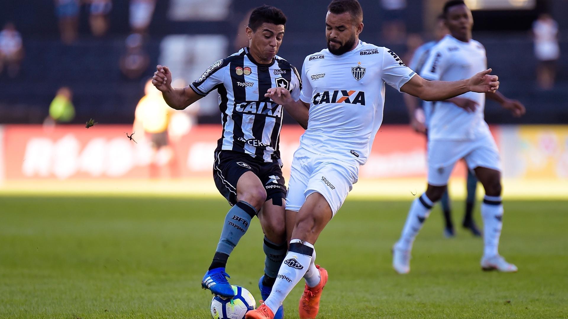 Renatinho e Zé Welison disputam a bola na partida entre Botafogo e Atlético-MG