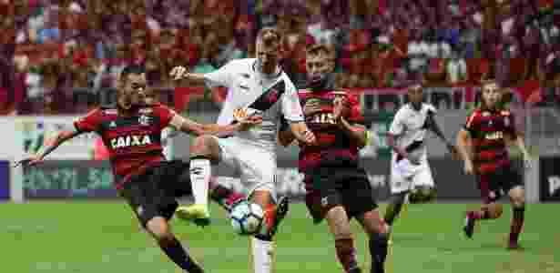 Maxi López, do Vasco, encara marcação dos jogadores do Flamengo - Carlos Gregório Jr/Vasco.com.br - Carlos Gregório Jr/Vasco.com.br