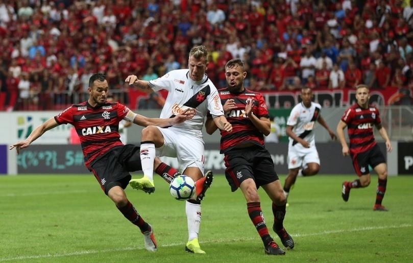 Maxi López, do Vasco, encara marcação dos jogadores do Flamengo