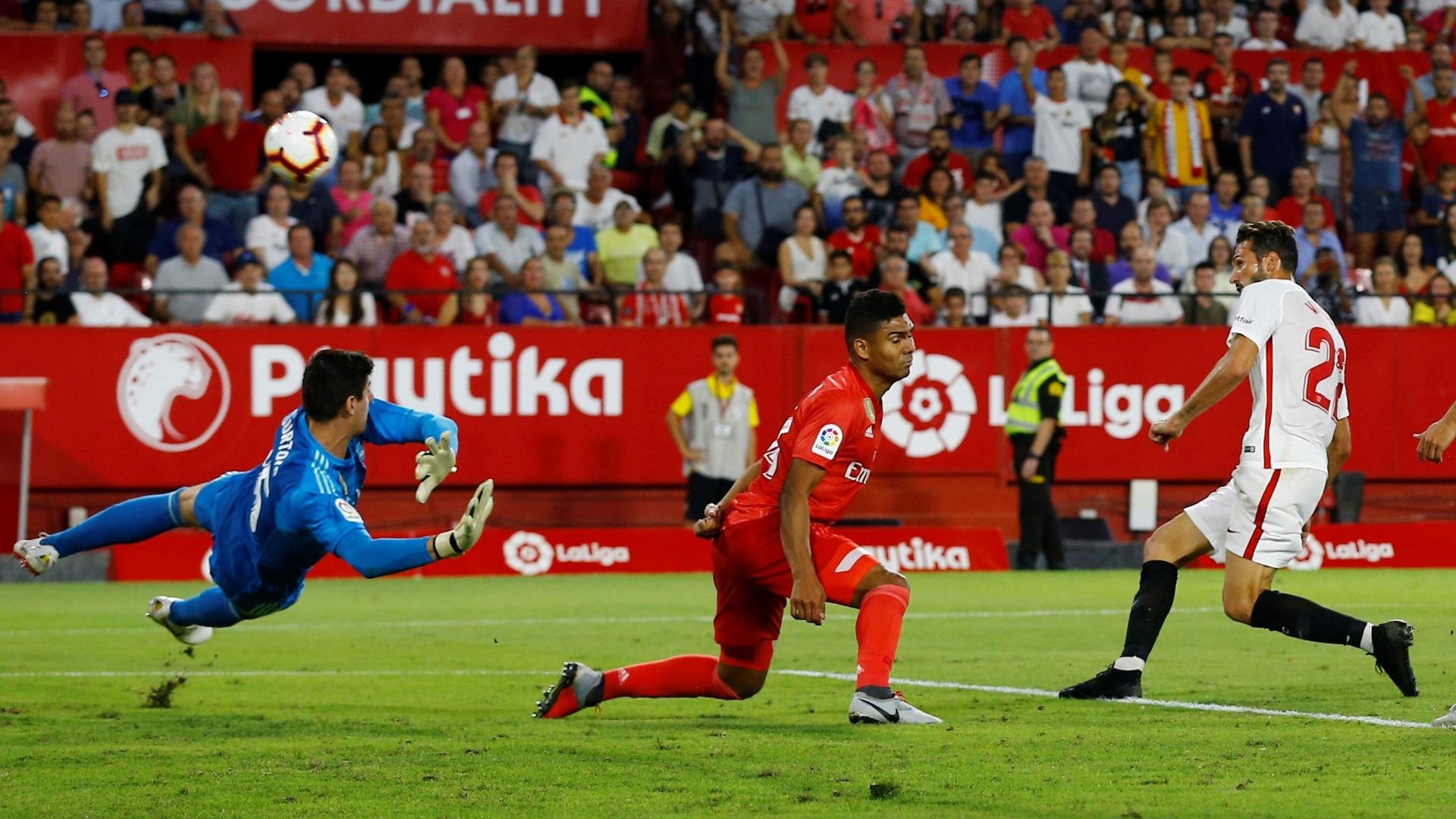Casemiro tenta evitar gol de Franco Vazquez no jogo Sevilla x Real Madrid