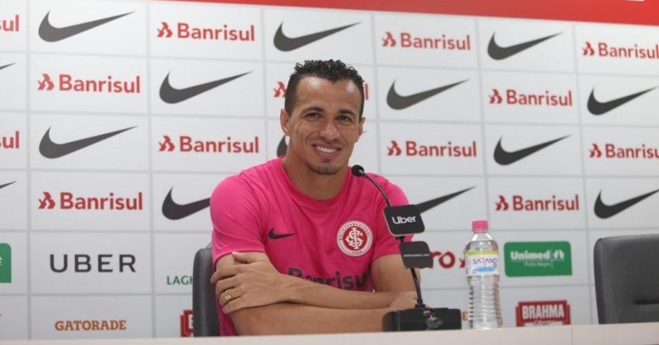 Leandro Damião veste camisa rosa do Internacional