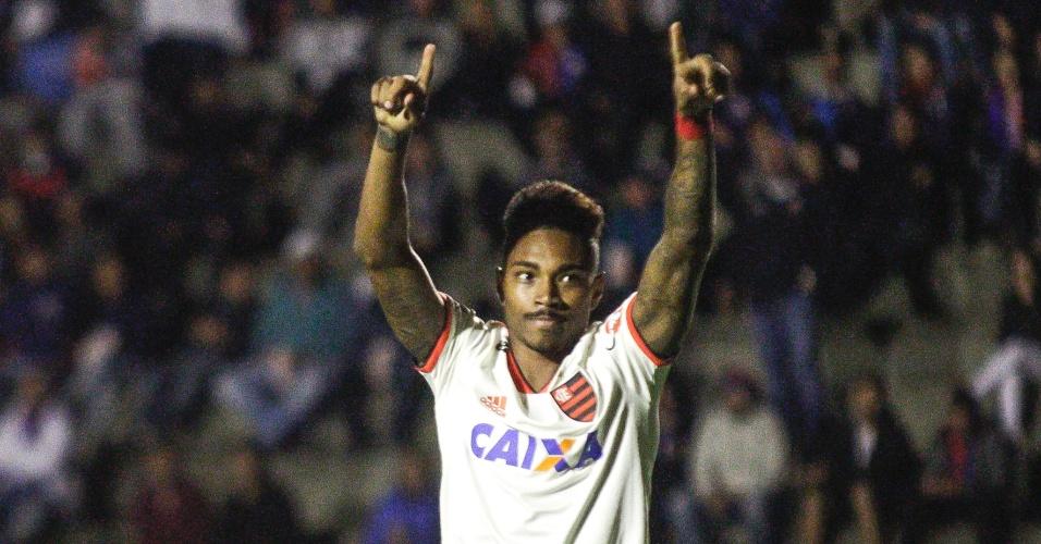 O atacante Vitinho comemora gol do Flamengo diante do Paraná