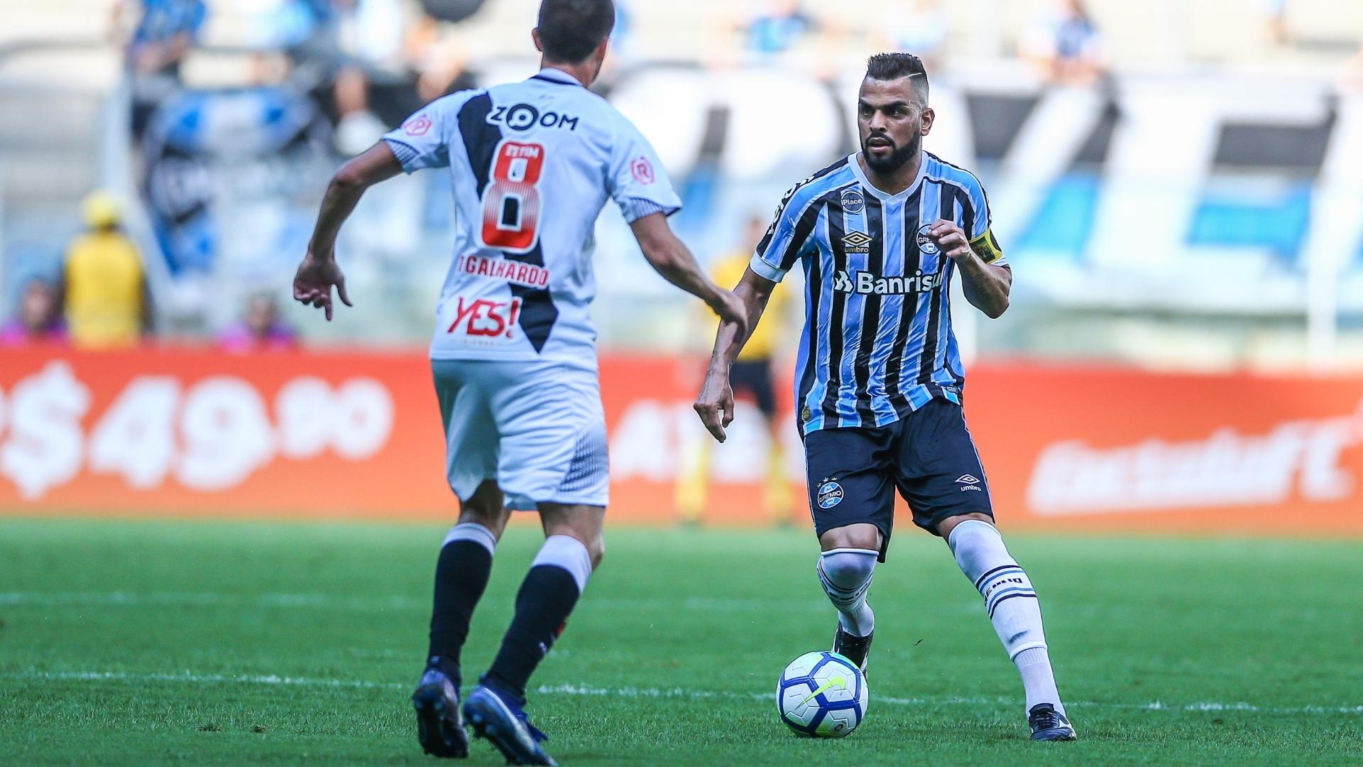 Maicon enfrenta a marcação de Thiago Galhardo na partida Grêmio x Vasco pelo Campeonato Brasileiro 2018