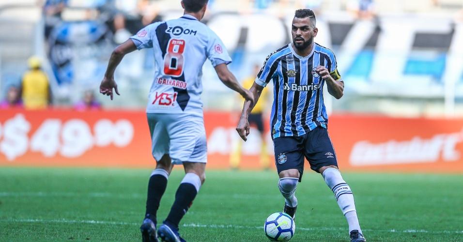 Maicon enfrenta a marcação de Thiago Galhardo na partida Grêmio x Vasco  pelo Campeonato Brasileiro 2018 c8d69716fe1c9