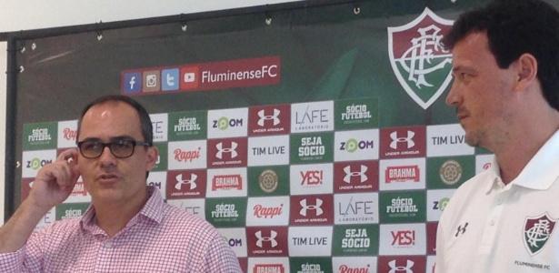 Técnico Fernando Diniz observa presidente do Flu, Pedro Abad, antes de ser apresentado - Leo Burlá/UOL