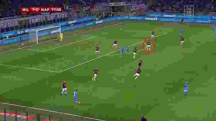 Contra o Napoli, Paquetá jogou mais recuado, alinhado ao primeiro volante e na frente da área - Reprodução/DAZN - Reprodução/DAZN
