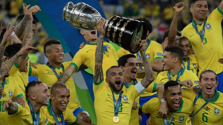Daniel Alves conquistou a Copa América em 2019, seu 40º título na carreira - Juan MABROMATA/AFP