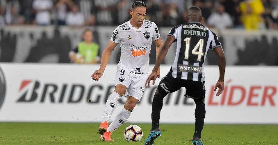 Ricardo Oliveira, jogador do Botafogo, disputa lance com Marcelo Benevenuto, do Atletico-MG, durante partida pela Copa Sul-Americana