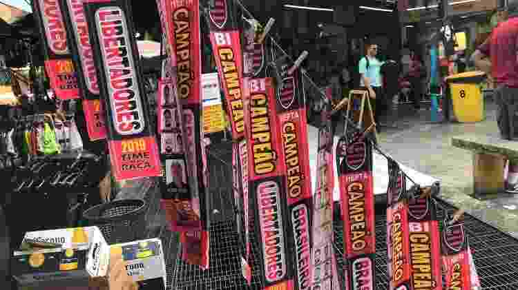 Faixas do Flamengo campeão da Libertadores estão sendo vendidas no Saara ao preço de R$ 10 cada - Bruno Braz / UOL Esporte