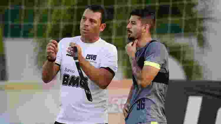 Mauricio Copertino orienta o zagueiro Ricardo Graça em treino do Vasco no CT do Almirante - Divulgação / Marcos Braz