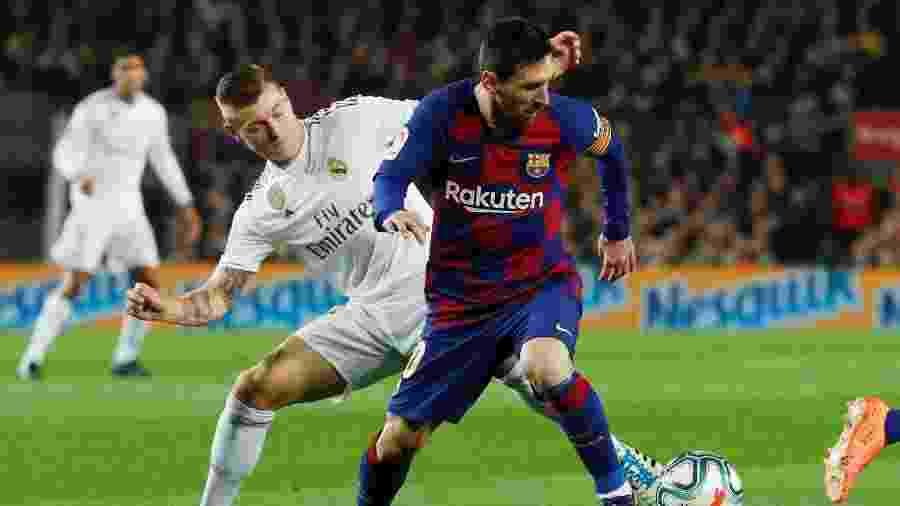 Lionel Messi e Toni Kroos, durante partida entre Barcelona e Real Madrid - REUTERS/Albert Gea