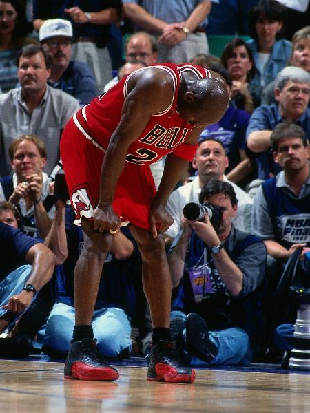 """Michael Jordan durante o quinto jogo da final da NBA de 1997 contra o Utah Jazz, o famoso """"jogo da gripe"""" - Dick Raphael/NBAE via Getty Images"""